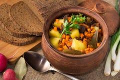 被烘烤的土豆用在罐的蘑菇 库存照片