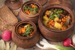 被烘烤的土豆用在罐的蘑菇 免版税图库摄影