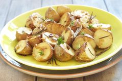 被烘烤的土豆用大蒜和草本 免版税库存图片