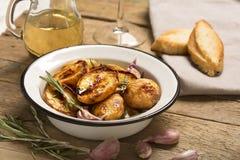 被烘烤的土豆用大蒜和草本 免版税图库摄影