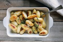 被烘烤的土豆用大蒜和麝香草 库存图片