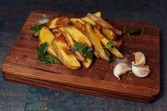 被烘烤的土豆用大蒜 免版税库存照片