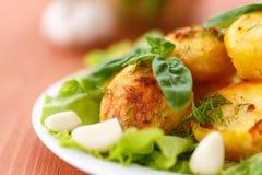 被烘烤的土豆用大蒜 免版税图库摄影