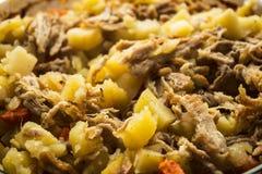 被烘烤的土豆用肉、红萝卜和葱 库存照片