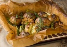 被烘烤的土豆用芦笋和大蒜 免版税库存照片