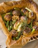 被烘烤的土豆用芦笋和大蒜 免版税图库摄影