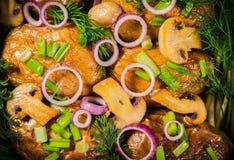 被烘烤的土豆用葱和蘑菇 库存图片