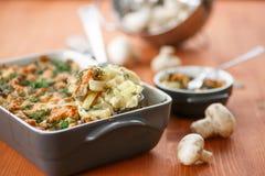 被烘烤的土豆用蘑菇和乳酪 库存照片