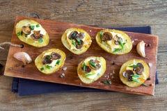 被烘烤的土豆用蘑菇 免版税图库摄影