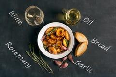 被烘烤的土豆用迷迭香和大蒜 库存照片