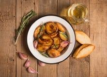 被烘烤的土豆用迷迭香和大蒜 免版税库存照片