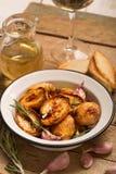 被烘烤的土豆用迷迭香和大蒜 免版税库存图片