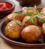 被烘烤的土豆用迷迭香 免版税库存图片