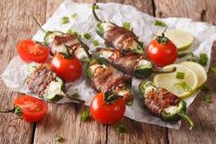 被烘烤的墨西哥胡椒胡椒用在烟肉特写镜头包裹的希腊白软干酪 免版税库存图片