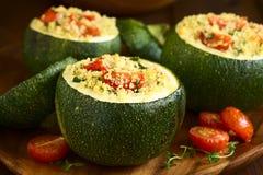 被烘烤的夏南瓜充塞用蒸丸子和蕃茄 库存照片
