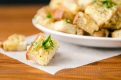 被烘烤的多士用乳酪和草本 图库摄影