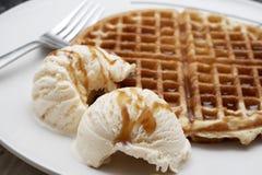 被烘烤的奶油色冰奶蛋烘饼 免版税库存照片