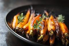 被烘烤的嫩胡萝卜用麝香草 免版税库存照片