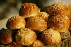 被烘烤的小圆面包 库存照片