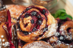 被烘烤的小甜面包用黑醋栗 免版税库存照片