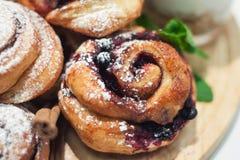 被烘烤的小甜面包用黑醋栗 图库摄影