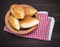 被烘烤的小馅饼用自创的圆白菜 免版税库存图片