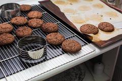 被烘烤的巧克力曲奇饼 图库摄影