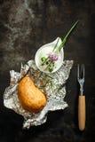 被烘烤的带皮烤的土豆、香葱和酸性稀奶油 免版税库存照片