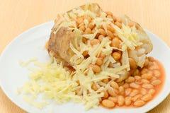 被烘烤的带皮烤的马铃薯用豆和干酪装载了 免版税库存图片