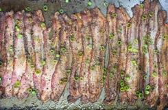 被烘烤的干胡椒烟肉在烤盘 免版税图库摄影