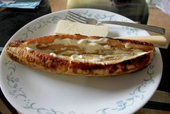 被烘烤的或煮熟的大蕉用番石榴和乳酪,一顿典型的传统膳食在哥伦比亚 库存图片