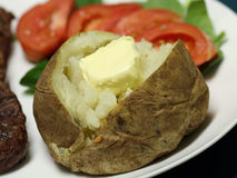 被烘烤的接近的土豆  图库摄影