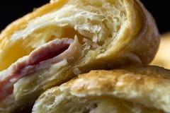 被烘烤的新月形面包用火腿和乳酪三明治 库存照片