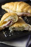 被烘烤的新月形面包用火腿和乳酪三明治 免版税库存图片