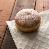 被烘烤的新鲜加糖在土气桌上的上漆的多福饼 库存照片