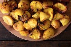 被烘烤的新鲜的土豆 免版税库存照片