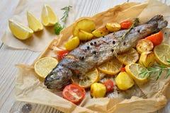 被烘烤的柠檬鳟鱼 免版税图库摄影