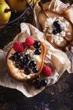 被烘烤的梨用蜂蜜、酸奶干酪、莓和无核小葡萄干 新鲜的自创点心 在低调的食品组成 E 库存图片