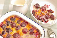 被烘烤的樱桃clafouti奶油红色 免版税库存照片