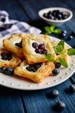 被烘烤的正方形蛋糕冠上了与乳清干酪和蓝莓 库存图片