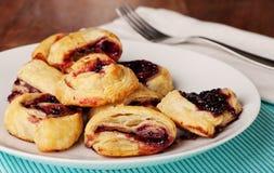 被烘烤的波森莓新鲜的果酱酥皮点心 免版税库存图片
