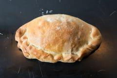 被烘烤的浆糊状热在烘烤盘子的烤箱外面 库存图片