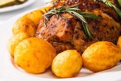 被烘烤的火腿和土豆 免版税库存图片