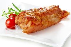 被烘烤的烤猪肉,在白色板材 免版税库存照片