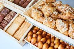 被烘烤的物品、面包店、照片象基本的食物的,生气勃勃和货物种类品种  免版税库存图片