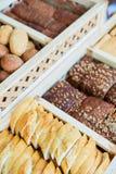 被烘烤的物品、面包店、照片象基本的食物的,生气勃勃和货物种类品种  免版税图库摄影