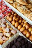 被烘烤的物品、面包店、照片象基本的食物的,生气勃勃和货物种类品种  免版税库存照片