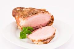 被烘烤的猪肉和蓬蒿叶子 免版税库存照片