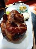 被烘烤的猪肉指关节 免版税库存照片