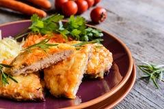 被烘烤的猪肉炸肉排在乳酪和红萝卜涂用沙拉 库存图片